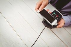 Άτομο που χρησιμοποιεί το smartphone για να εκφράσει την αμοιβή στοκ φωτογραφίες
