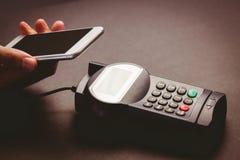 Άτομο που χρησιμοποιεί το smartphone για να εκφράσει την αμοιβή στοκ φωτογραφίες με δικαίωμα ελεύθερης χρήσης