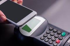 Άτομο που χρησιμοποιεί το smartphone για να εκφράσει την αμοιβή στοκ φωτογραφία με δικαίωμα ελεύθερης χρήσης