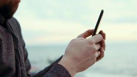 Άτομο που χρησιμοποιεί το smartphone υπαίθριο απόθεμα βίντεο