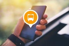 Άτομο που χρησιμοποιεί το smartphone app για να αγοράσει το ηλεκτρονικό εισιτήριο λεωφορείων Στοκ Εικόνες