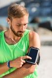 Άτομο που χρησιμοποιεί το smartphone armband Στοκ εικόνα με δικαίωμα ελεύθερης χρήσης
