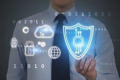 Άτομο που χρησιμοποιεί cyber τη διεπαφή ασφάλειας στοκ εικόνες με δικαίωμα ελεύθερης χρήσης