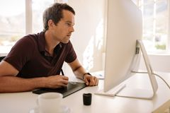 Άτομο που χρησιμοποιεί digitizer για να γράψει το κείμενο στον υπολογιστή Στοκ Φωτογραφίες