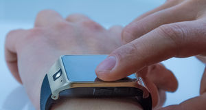 Άτομο που χρησιμοποιεί smartwatch app με το δάχτυλο Στοκ φωτογραφία με δικαίωμα ελεύθερης χρήσης