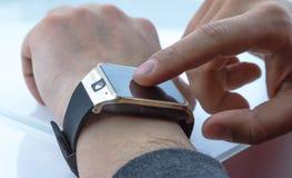 Άτομο που χρησιμοποιεί smartwatch app Στοκ Εικόνα