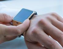 Άτομο που χρησιμοποιεί smartwatch app Στοκ Εικόνες