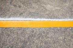 Άτομο που χρωματίζει την κίτρινη γραμμή Στοκ εικόνες με δικαίωμα ελεύθερης χρήσης