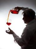 Άτομο, που χύνει το κρασί Στοκ Φωτογραφία