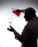 Άτομο, που χύνει το κρασί Στοκ Φωτογραφίες