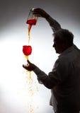 Άτομο, που χύνει το κρασί Στοκ Εικόνες