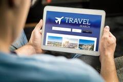 Άτομο που ψάχνει τις φτηνές πτήσεις, το ξενοδοχείο ή τη συσκευασία διακοπών on-line στοκ εικόνα