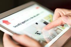 Άτομο που ψάχνει το σπίτι διακοπών, το διαμέρισμα διακοπών ή την ιδιοκτησία για το μίσθωμα on-line με την ταμπλέτα στοκ εικόνα με δικαίωμα ελεύθερης χρήσης