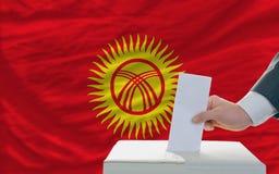 Άτομο που ψηφίζει για τις εκλογές σε kyrghyzstan Στοκ εικόνες με δικαίωμα ελεύθερης χρήσης