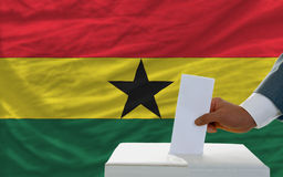 Άτομο που ψηφίζει για τις εκλογές στη Γκάνα Στοκ φωτογραφία με δικαίωμα ελεύθερης χρήσης