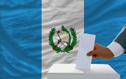 Άτομο που ψηφίζει για τις εκλογές στη Γουατεμάλα Στοκ Εικόνες