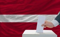 Άτομο που ψηφίζει για τις εκλογές στη Λετονία Στοκ φωτογραφίες με δικαίωμα ελεύθερης χρήσης