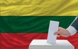 Άτομο που ψηφίζει για τις εκλογές στη Λιθουανία Στοκ Εικόνες