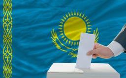 Άτομο που ψηφίζει για τις εκλογές στο Καζακστάν Στοκ Φωτογραφία