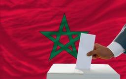 Άτομο που ψηφίζει για τις εκλογές στο Μαρόκο Στοκ Εικόνες
