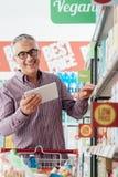 Άτομο που ψωνίζει στο κατάστημα Στοκ φωτογραφία με δικαίωμα ελεύθερης χρήσης