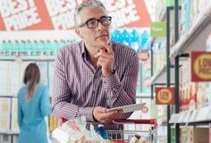 Άτομο που ψωνίζει στο κατάστημα Στοκ φωτογραφίες με δικαίωμα ελεύθερης χρήσης