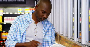 Άτομο που ψωνίζει στο τμήμα παντοπωλείων απόθεμα βίντεο