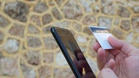 Άτομο που ψωνίζει on-line στην πιστωτική κάρτα εκμετάλλευσης smartphone απόθεμα βίντεο