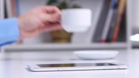 Άτομο που ψωνίζει on-line χρησιμοποιώντας την ψηφιακή ταμπλέτα και την πιστωτική κάρτα κλείστε επάνω απόθεμα βίντεο