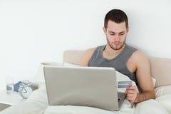 Άτομο που ψωνίζει on-line Στοκ Εικόνα