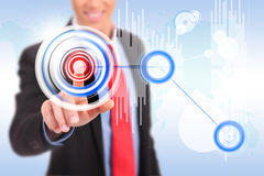 Άτομο που ωθεί ένα κουμπί κύκλων σε μια εφαρμογή γραφικών παραστάσεων στοκ εικόνες με δικαίωμα ελεύθερης χρήσης