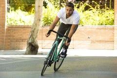 Άτομο ποδηλατών που οδηγά το σταθερό αθλητικό ποδήλατο εργαλείων Στοκ Εικόνες