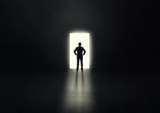 Άτομο πριν από τη ανοιχτή πόρτα Στοκ φωτογραφία με δικαίωμα ελεύθερης χρήσης