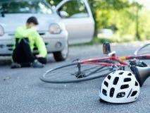 Άτομο πόνου μετά από το ατύχημα ποδηλάτων Στοκ φωτογραφία με δικαίωμα ελεύθερης χρήσης