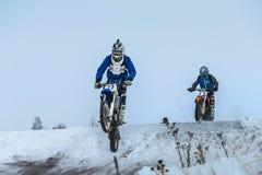 Άτομο δρομέων στη μοτοσικλέτα που πετά πέρα από το βουνό μετά από το άλμα Στοκ εικόνα με δικαίωμα ελεύθερης χρήσης