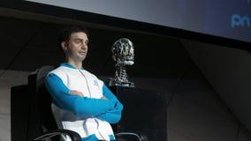 Άτομο ρομπότ Humanoid στη σκηνή Καινοτόμος ανάπτυξη στη ρομποτική και την τεχνητή νοημοσύνη Αρρενωπή παρουσίαση φιλμ μικρού μήκους