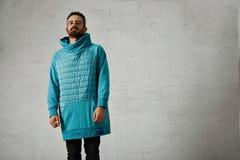 Άτομο σε έναν ανοικτό μπλε που γεμίζεται hoodie Στοκ φωτογραφία με δικαίωμα ελεύθερης χρήσης