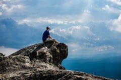Άτομο σε έναν απότομο βράχο Στοκ φωτογραφία με δικαίωμα ελεύθερης χρήσης