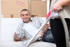 Άτομο σε έναν καναπέ Στοκ Εικόνες