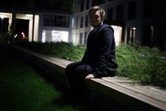 Άτομο σε έναν πάγκο Στοκ φωτογραφίες με δικαίωμα ελεύθερης χρήσης
