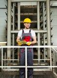 Άτομο σε ένα εργοστάσιο στοκ φωτογραφία με δικαίωμα ελεύθερης χρήσης