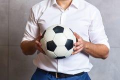 Άτομο σε ένα κοστούμι με μια σφαίρα ποδοσφαίρου Στοκ Φωτογραφίες