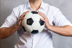 Άτομο σε ένα κοστούμι με μια σφαίρα ποδοσφαίρου Στοκ φωτογραφία με δικαίωμα ελεύθερης χρήσης