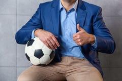Άτομο σε ένα κοστούμι με μια σφαίρα ποδοσφαίρου Στοκ Εικόνες