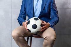 Άτομο σε ένα κοστούμι με μια σφαίρα ποδοσφαίρου Στοκ εικόνα με δικαίωμα ελεύθερης χρήσης