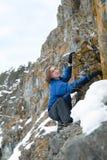 Το άτομο αναρριχείται στους βράχους Στοκ Φωτογραφίες