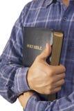 Άτομο σε ένα πουκάμισο που αγκαλιάζει τη Βίβλο Στοκ εικόνες με δικαίωμα ελεύθερης χρήσης