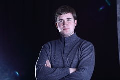 Άτομο σε ένα πουλόβερ στο μαύρο υπόβαθρο Στοκ φωτογραφία με δικαίωμα ελεύθερης χρήσης