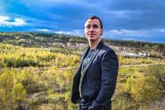 Άτομο σε ένα σακάκι που εξετάζει τον ουρανό Στοκ Εικόνες