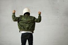 Άτομο σε ένα χακί πειραματικό σακάκι με το κράνος Στοκ Φωτογραφία